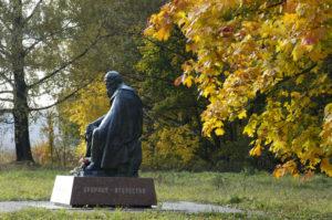 Памятник Ф.М. Достоевскому в Усадьба Даровое (1993)